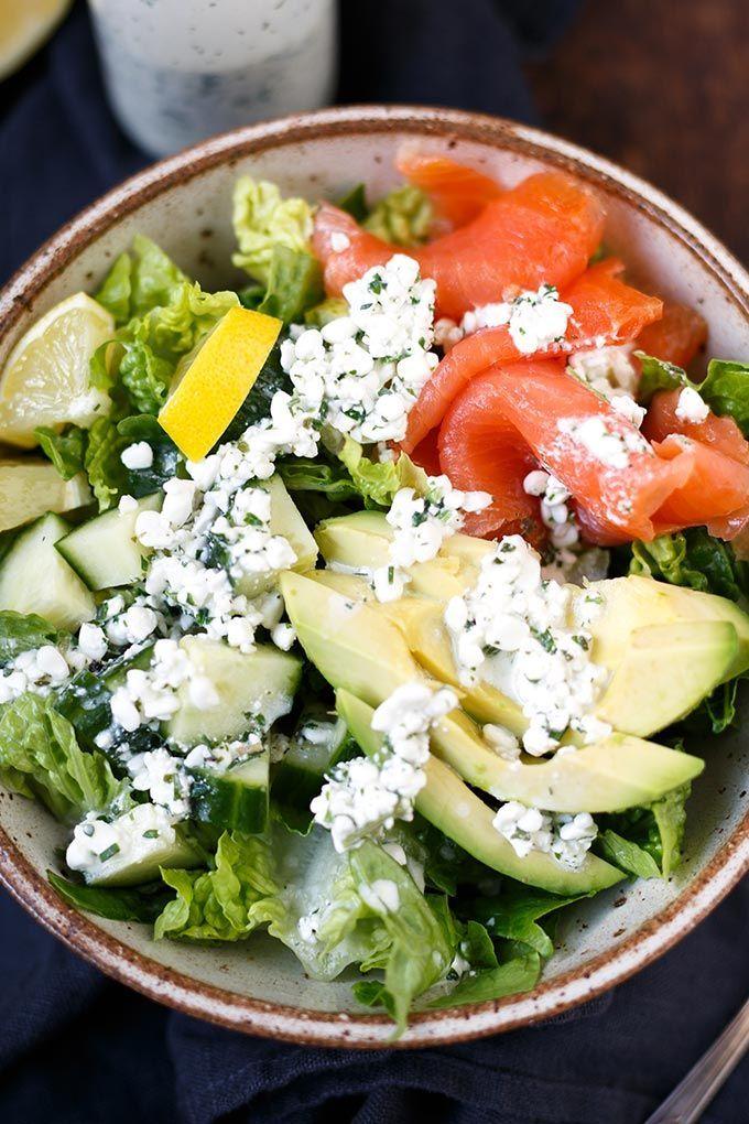 Gesunde Salat-Bowl mit Räucherlachs, Avocado und Hüttenkäse-Dressing