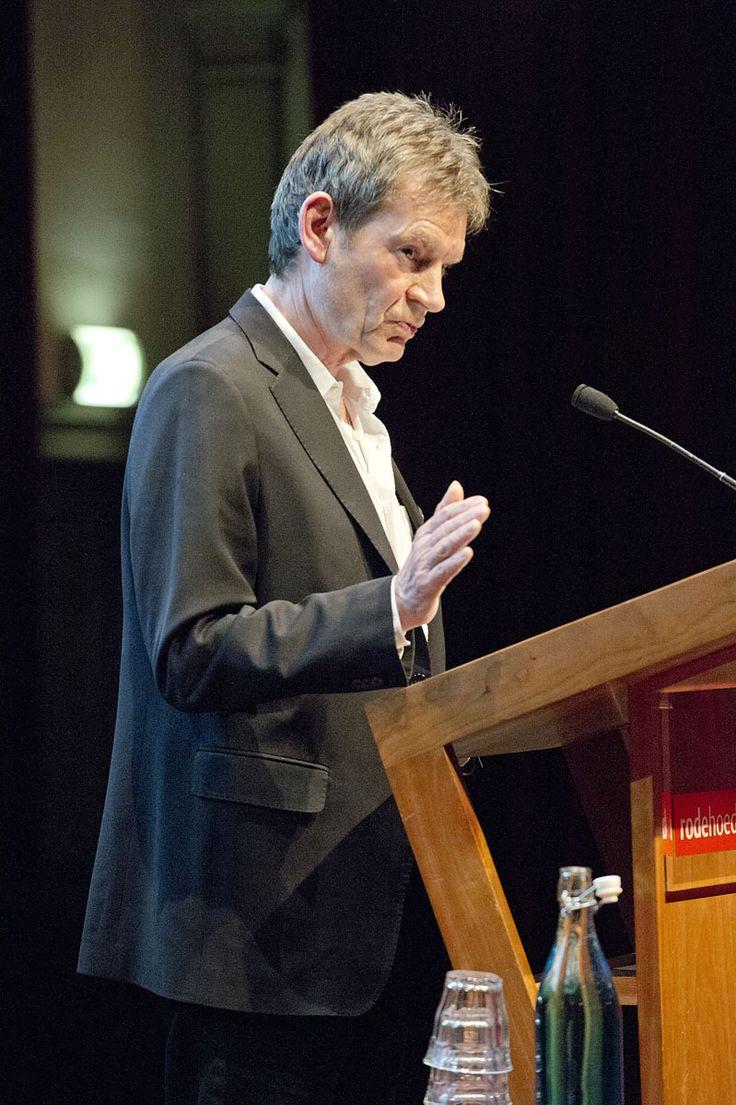 Graham Swift leest voor uit 'Engeland en andere verhalen' tijdens de lancering van Hollands Diep. ©Geert Snoeijer
