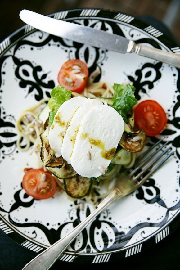 Zucchinisallad med pesto och mozzarella | Recept.se