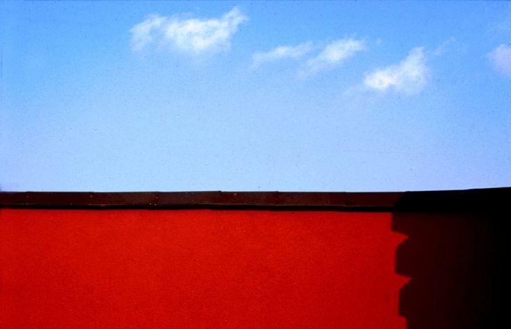 A. Turati - Minimal.  Idee per chi vuole #arredare casa con i toni del #rosso.  #arredamento #interiordesign #homedecor #pixtury