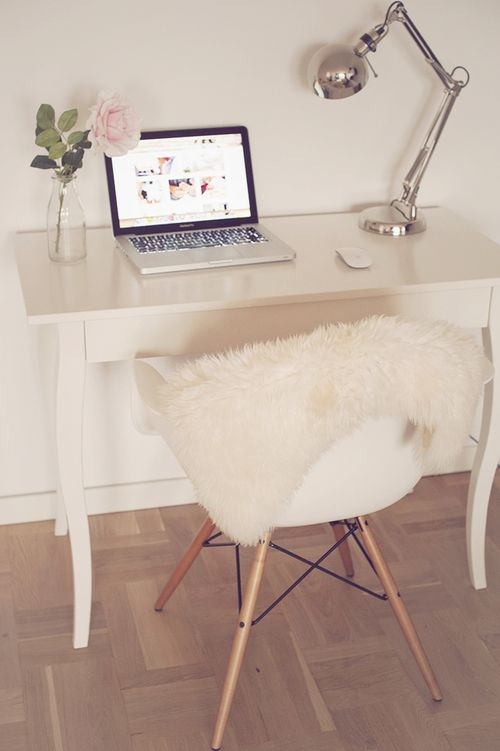 I love how simple and beautiful is this workspace.                                                                                                                                                                                 More