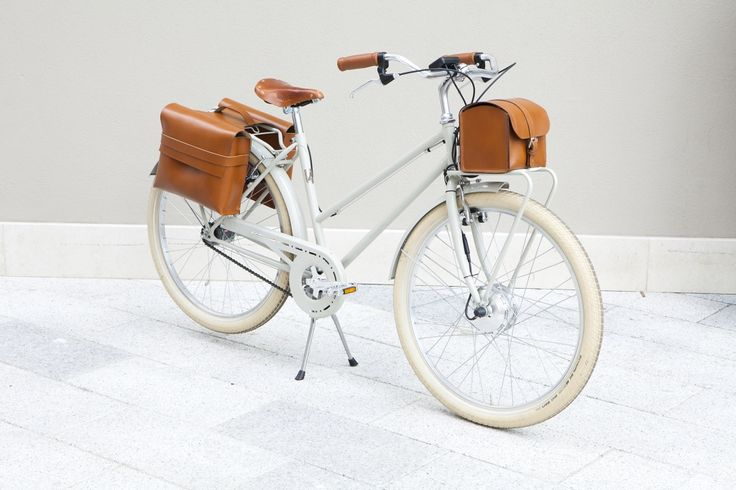 Country is the #ebike for the business woman. Choose your accessories and make your Velorapida unique!  http://www.velorapida.com/e-bikes/vintage-ebike-woman.html  #bicielettrica  #bicichic  #cyclechic  #fashion #luxury #vintage