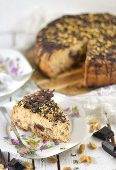 Cheesecake met pindakaas en chocolade. Als je het over guilty pleasures hebt dan is dit er toch echt wel eentje hoor! Een bodem van nootjes, een romige cheesecake met pindakaas en stukjes chocolade, afgetopt met chocolade en gehakte pinda's. Lees snel het recept voor deze heerlijke cheesecake!