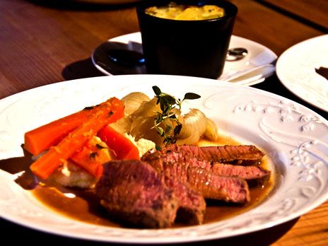 Helstekt lammfilé med potatisbakelse | Recept.nu