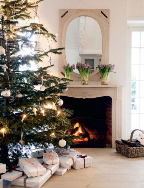 Nord for København ligger en romantisk perle af et træhus med en ganske særlig historie. Man forventer næsten, at Snehvide dukker op i døråbningen – men i stedet byder Christina Arnoldi Coffa indenfor til en stemning af juleeventyr og gennemført maksimalisme mikset med lys enkelhed og elegance.