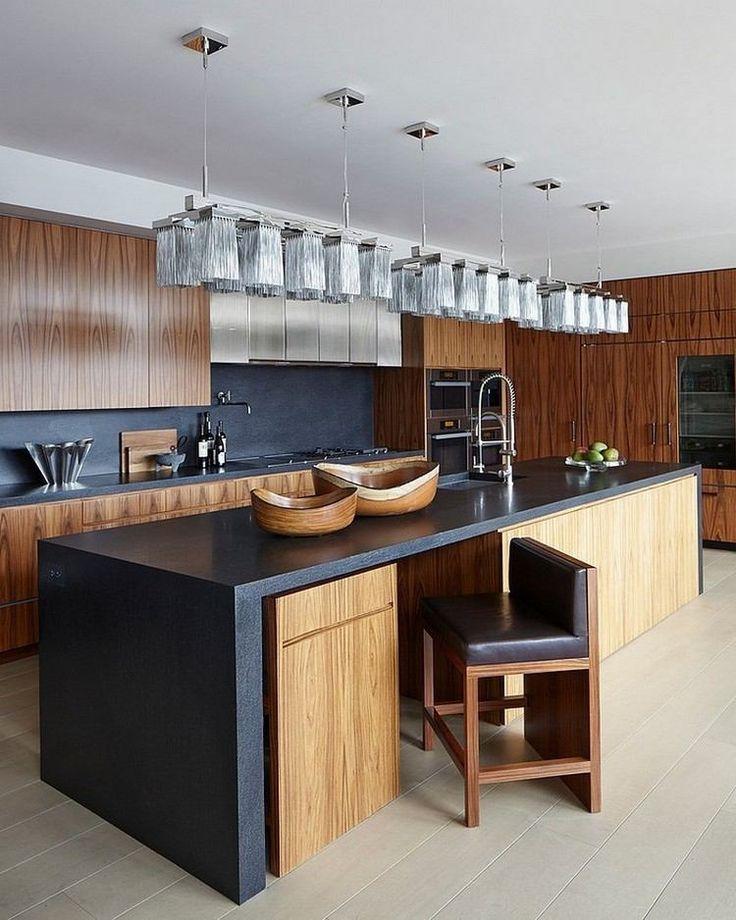 cuisine avec des armories en bois, crédence et plan de travail en gris anthracite