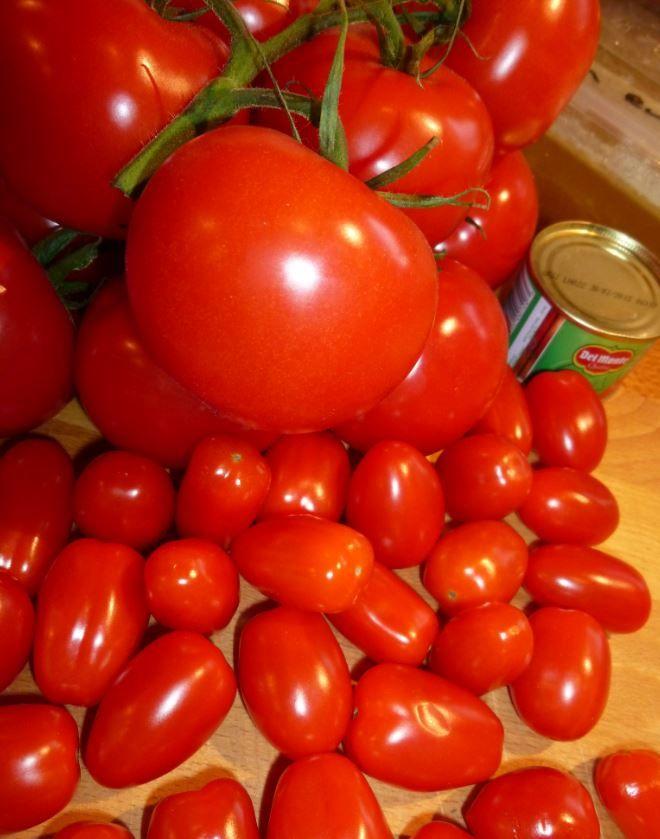 Tomatensoep.. denk dat er weinig mensen zijn die het niet lusten. Sterker nog, tomaten soep met ballen is de meest gegeten soep in Nederland. Deze variant is snel en makkelijk te maken, maar ja dat is elke tomatensoep eigenlijk wel. Wij hebben als b
