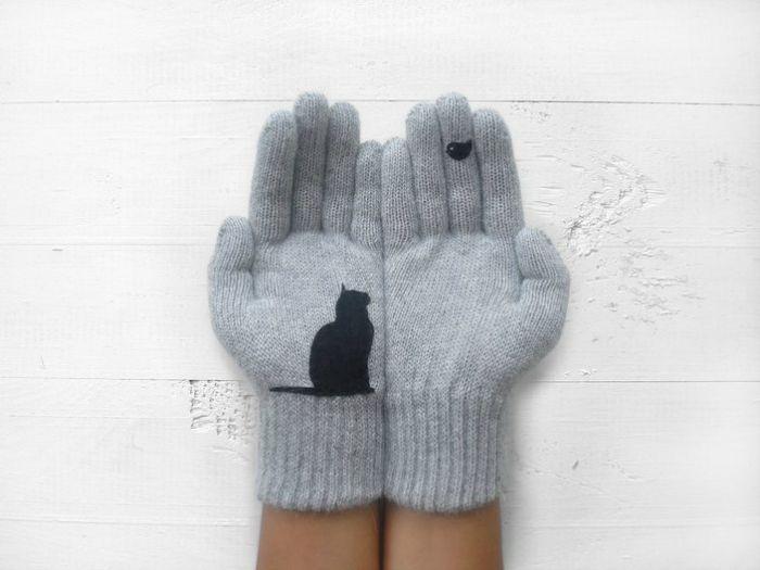 Шерстяные перчатки с изображением черной кошки.