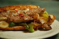 Deze steak sandwich uit Philadelphia is weer eens totaal iets anders dan de - eveneens Amerikaanse - hamburger. Serveer eens een broodje warm vlees.