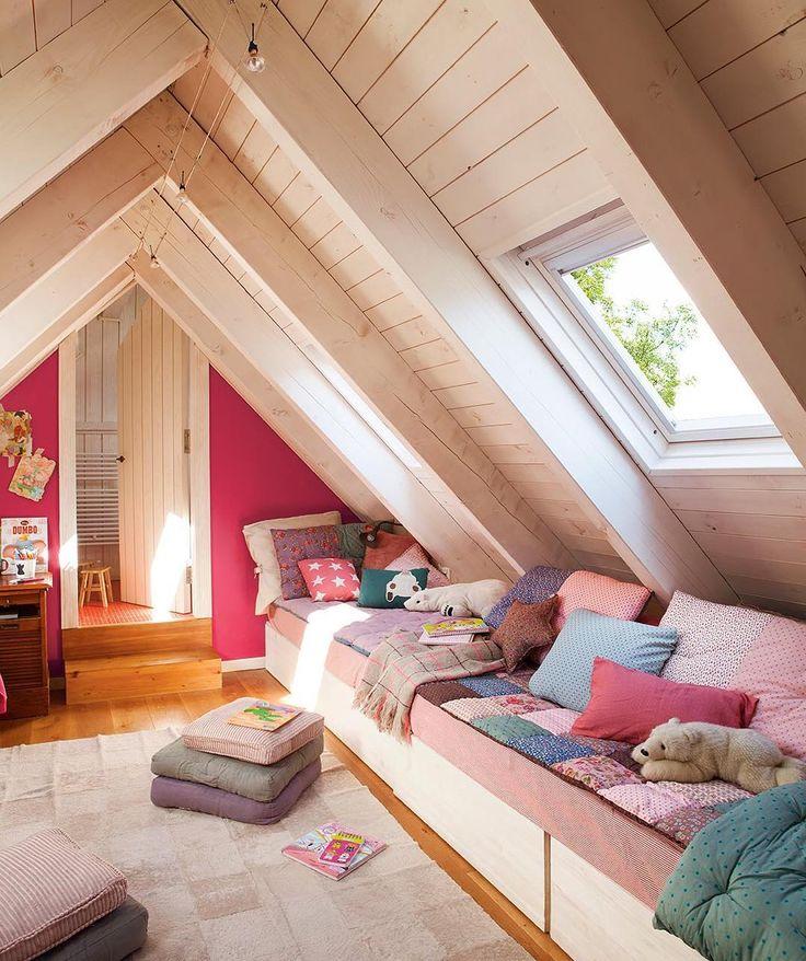 El reto: transformar una buhardilla en la habitación para cuatro niñas. El resultado: un espacio bien aprovechado, original e incluso con soluciones de almacenaje. Más ideas geniales para habitaciones infantiles en el link de la bio.