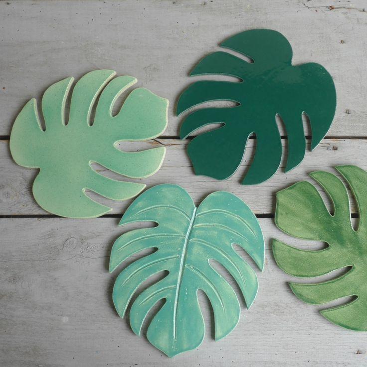 Collection TROPIC Dessous de plat inspiration nature tropicale Philodendron Monstera Faïence chamotte Différents émaux verts Bord noir dimensions :...