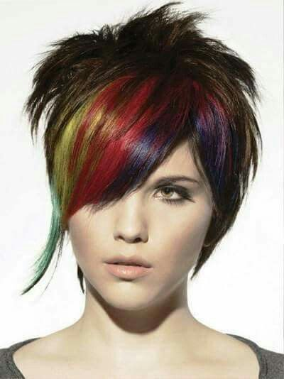 Diseño de multicolor en un cabello castaño dorado.