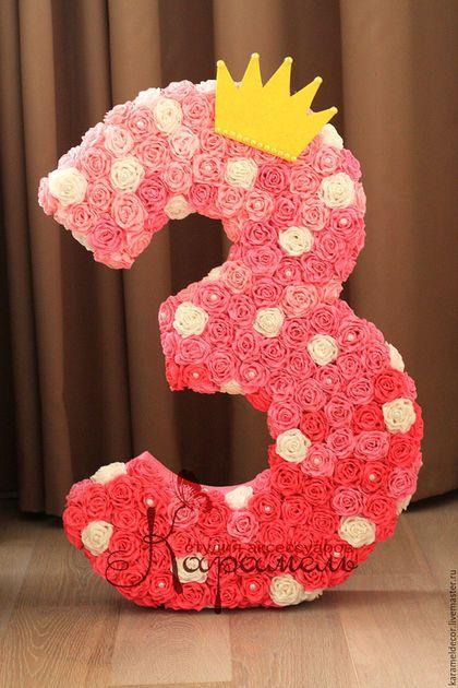 Купить или заказать Объемная цифра в интернет-магазине на Ярмарке Мастеров. Объемная цифра, украшенная розами из гофрированной бумаги. Такая цифра отлично подойдёт для украшения детского дня рождения, она смотрится очень эффектно и празднично. Цифра состоит из 180 роз в 5 цветах, декорирована жемчужинками и украшена блестящей короной. Размеры 60х40 см (толщина 10 см). Полностью ручная работа. Цвет каждой цифры подбирается индивидуально.