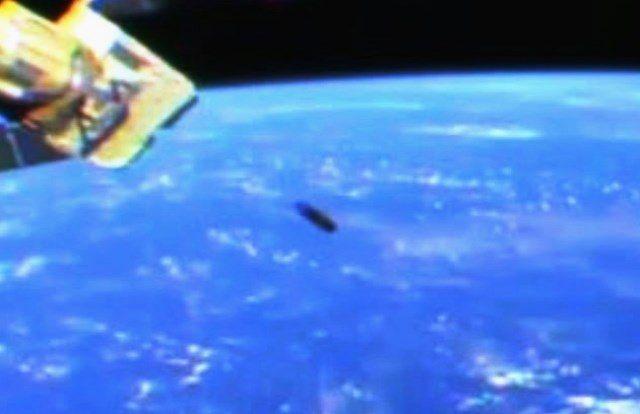 """UFO a forma di """"sigaro"""" passa vicino alla Stazione Spaziale Internazionale"""