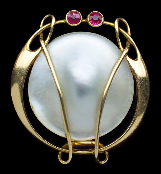 ARCHIBALD KNOX 1864-1933 Attrib.  Murrle Bennett & Co Brooch   Gold Pearl Ruby  H: 2.4 cm (0.94 in)  W: 2.2 cm (0.87 in). Marks: 'MBC' monogram & '15ct'  Anglo-German, c.1900