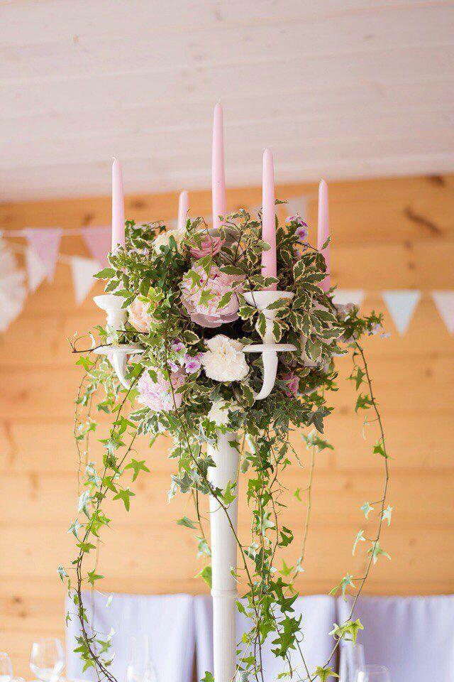 Свечи зелень свадебная флористика канделябр пионы розовый белый флажки композиция на стол wedding decor pink light