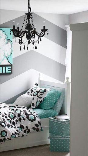 Plutôt que de camoufler sa mansarde, pourquoi ne pas mettre l'accent dessus avec une belle peinture à chevrons ? Pour faire la même à la maison, peignez votre mur de la couleur la plus claire (ici le blanc), et disposez des bandes d'adhésif de masquage pour former votre motif. Utilisez une règle graduée pour des bandes de largeur régulière, ou amusez-vous à former des chevrons de hauteur différente. Peignez avec votre deuxième couleur à l'intérieur des bandes d'adhésif, ici un gris clair.
