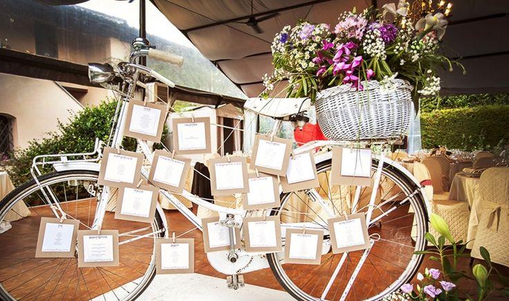 """Tableau originale a tema """"Voglio andare a vivere in campagna"""": vi basterà un bicicletta oppure le sole ruote per creare un tableau originale! #whiteweddingitaly #tableau #weddingideas #bicicletta"""