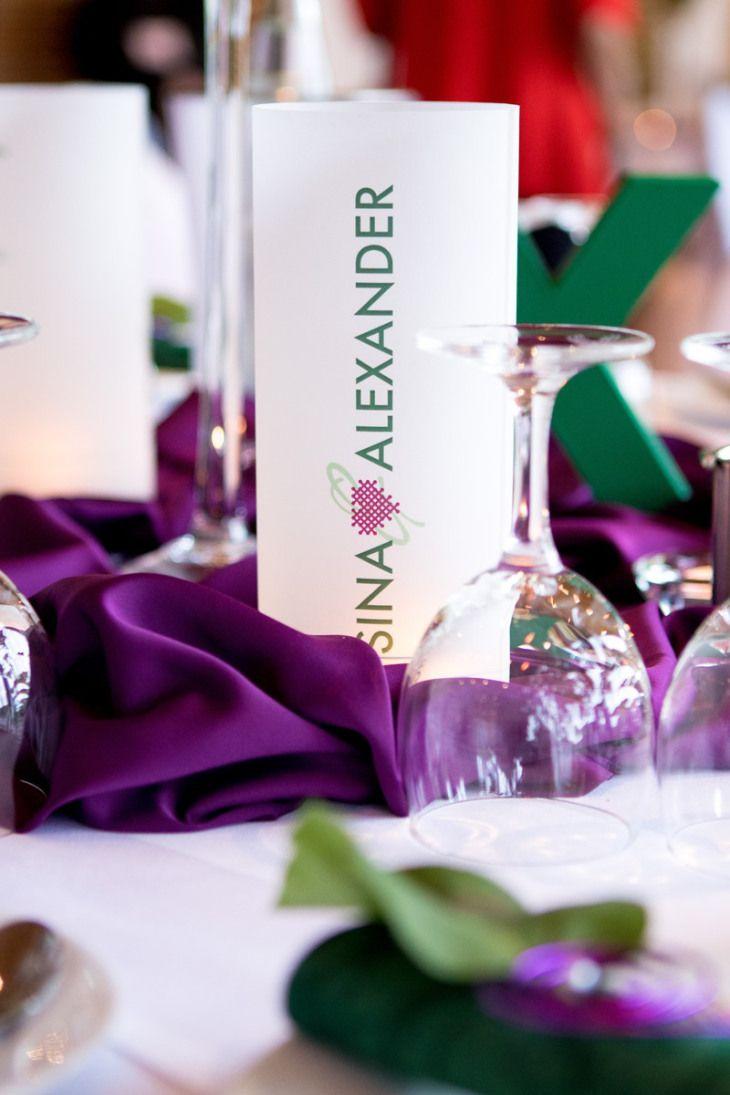 Fließende Stoffe, klare Strukturen und knallige Grün- und Lilatöne für die Tischdekoration. Dazu Getränkekarten als Windlichter.