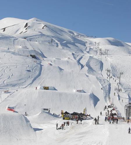 Le Corbier is een modern opgezet ski-oord op 1550 meter hoogte. Het dorp is volledig autovrij, waardoor het een geliefde bestemming voor gezinnen met jonge kinderen is. De meeste appartementen liggen direct aan de piste, waardoor u zo de piste op skiet. Door de vele rode en blauwe pistes, is het gebied ideaal voor de beginnende skiër.
