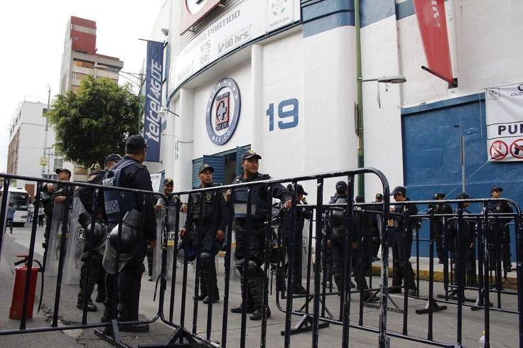 MÁS DE DOS MIL POLICIAS VIGILARÁN EL CRUZ AZUL-CHIVAS El objetivo es salvaguardar a los asistentes al Estadio Azul, así como inhibir la reventa de boletos. El partido está programado para las 17:00 horas de hoy.