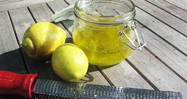 Astuce naturelle contre les points noirs dans la zone T: préparer un gommage à base d'une c-à-c de sel, une c-à-s d'huile d'olive et un peu de jus de citron. Frotter le nez avec cette préparation pendant 5 min, laisser reposer 10 min puis rincer a l'eau tiède. Cette opération est à répéter 3 f