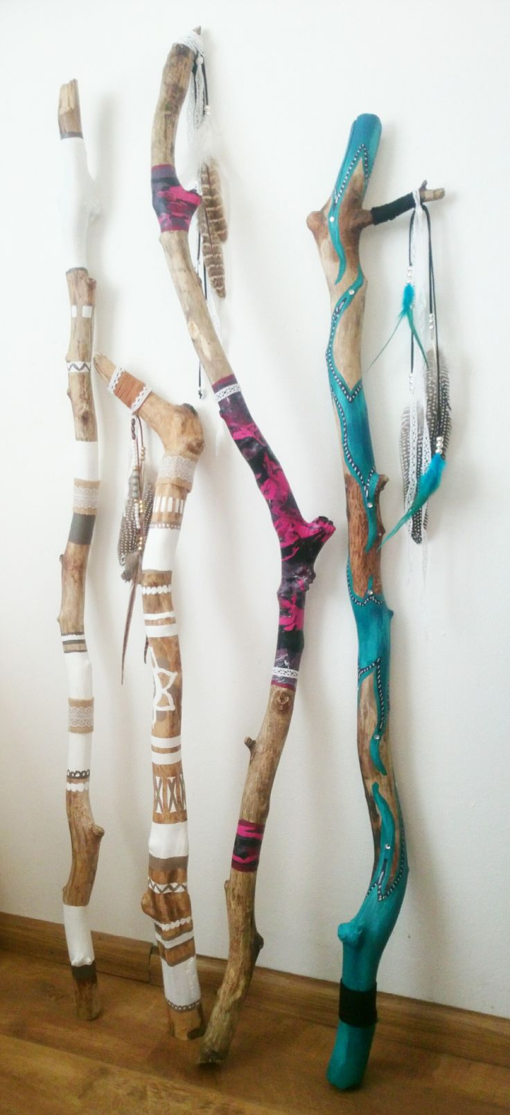 wallsticks, beschilderde stokken, painted sticks by www.creativeartbyjessica.nl #wallsticks #ibizaflags #walkingstick #talkingstick #walldecoration #muurdecoratie #beschilderdestokken