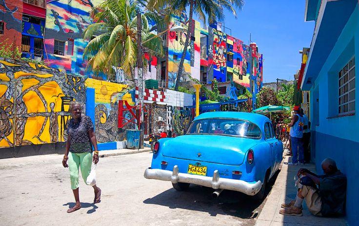 Cuba wemelt van de kunstenaars sinds de armlastige staat eind jaren tachtig kunst ging promoten als manier om aan buitenlandse valuta te komen. Het 53 jaar durende Amerikaanse handelsembargo was anderzijds niet erg bevorderlijk voor de betrekkingen tussen de artistieke gemeenschappen en markten van beide landen. Daarnaast domineren staatsgalerieën nog steeds de Cubaanse kunstscene. Maar nu het wat meer botert tussen Washington en Havana, begint Cuba uit te groeien tot het nieuwste en hipste…