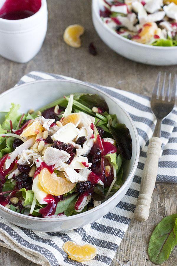 Recept voor een lekkere salade met kalkoen, cranberrysaus en brie. Zet hem op tafel met de kerstdagen, of maak hem van je kerstrestjes!