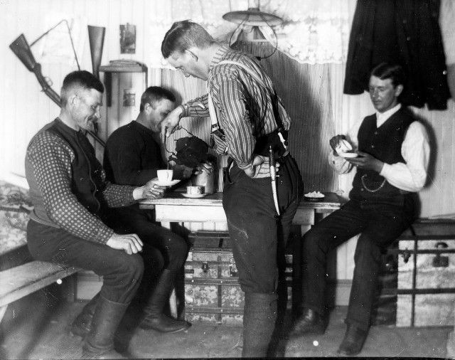 Coffee break at the bakehouse for the timber workers in Åmot, Sweden. 1912