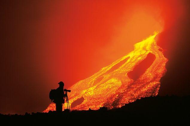 El fotográfo junto al volcán. Distancias que queman