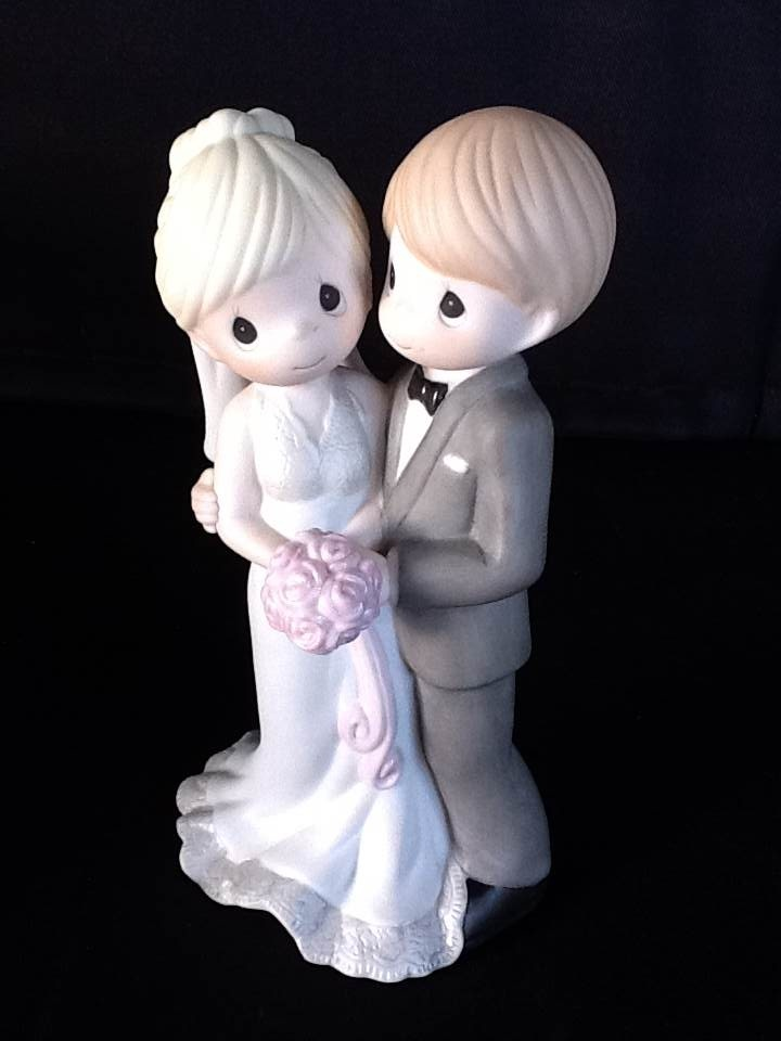 Noivinhos bolo de casamento. Casal apaixonado.