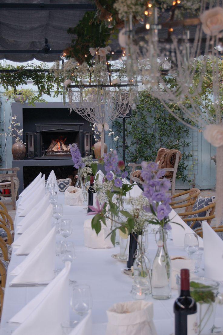 Lange tafel in de kas, bruiloftsdiner