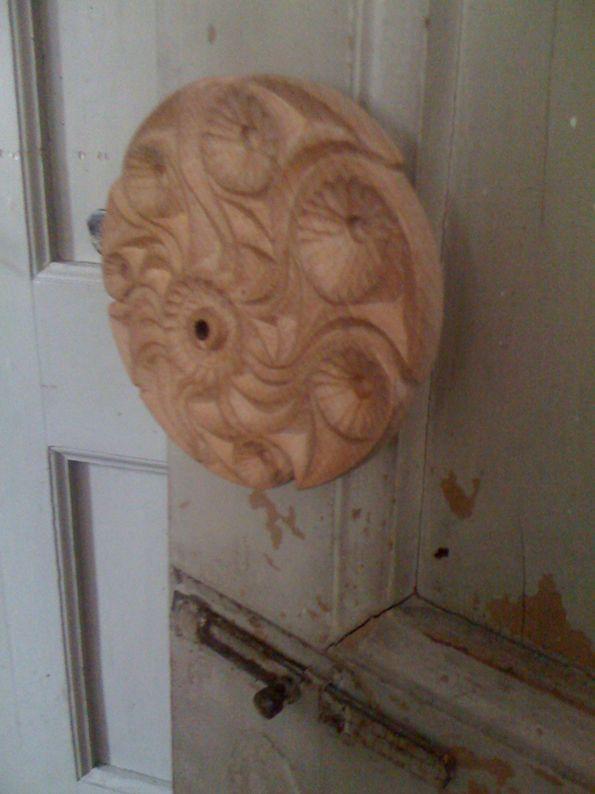 maniglione su porta antica