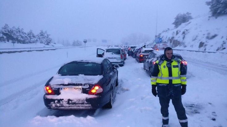 Primera demanda colectiva contra la concesionaria de la AP-6 por el colapso del Día de Reyes      Vigo-Madrid, treinta y seis horas. Santander-Las Rozas, veinticinco horas. Es la duración de algunos de los trayectos del pasado día de Reyes, cuando más de tres mil vehículos quedaron atrapados en un monumental atasco en la carretera AP-6 a causa del temporal de nieve. La mayoría pasaron la noche…