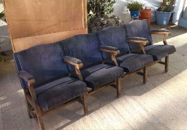 Spaans Theater stoelen 1930/1940  Mooie opvouwbare stoelen met houten armleuningen met originele blauwe velours bekleding vanaf 1930/1940 rij 4 zitplaatsen met haar sporen van gebruik.Maat 2 10 m x 0 60 m x 0 70m aprox.Mogelijk om te sturen toegeëigend pakket.  EUR 1.00  Meer informatie