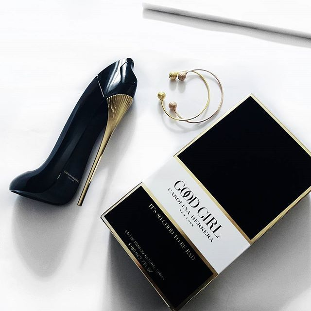 I absolutely love the design of this perfume's bottle. I'll steal this from my mom when it's empty, just to put on display in my room   #carolinaherrera #CH #perfume #goodgirl #aesthetic #blogger #bloggerPT #bloggerlife #lifestyle #luxury #minimalism #highend