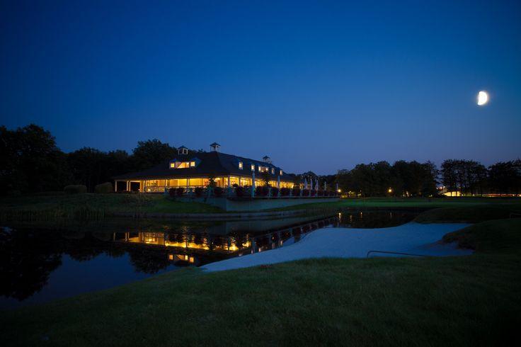 De Goyer golf club house by night