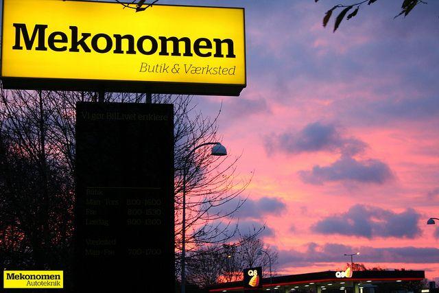 Billede af Mekonomen Pylonen en fantastisk morgen med en blændende udsigt af solopgangen og København og Vestegnen set fra Mekonomen Autoteknik - ES Motor på Vallensbækvej i Brøndby.  Fotograferet 4 november 2013 af Mads Grotenberg | Mekonomen Autoteknik - ES Motor