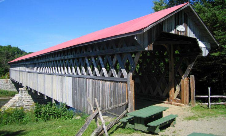 Le pont couvert McVetty-McKerry, de type Town simple, est construit en 1893. Ce pont possède plusieurs caractéristiques peu répandues, comme le lambris de planches verticales à mi-hauteur laissant voir la structure en treillis, ainsi que les culées et le pilier central de blocs de granit taillés à la main. Il se situe dans la municipalité de Lingwick en Estrie. Photo : Jean-François Rodrigue 2008 © Ministère de la Culture et des Communications