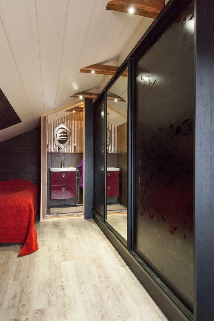 Kabinetin mustakehikkoiset liukuovet kirkkaalla peilillä ja mustalla kuvioidulla Apila-levyllä ovat särmikäs valinta makuuhuoneen kaapinoviksi.