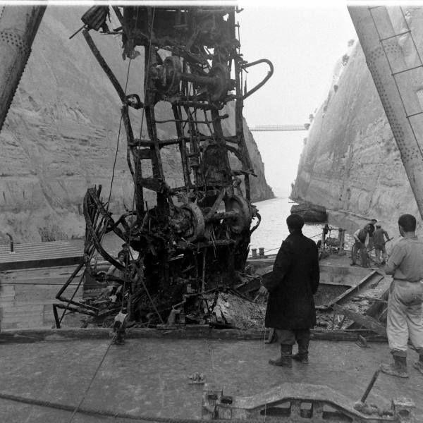 Διώρυγα Κορίνθου το 1948... Επισκευές με την λήξη του Β'Παγκ.Πολέμου. (Στην φωτογραφία γίνεται πιθανόν ανάσυρση βαγονιού τρένου,που είχαν ρίξει οι Γερμανοί με την αποχώρηση τους ) Φωτογράφος Dmitri Kessel. Αρχείο Life