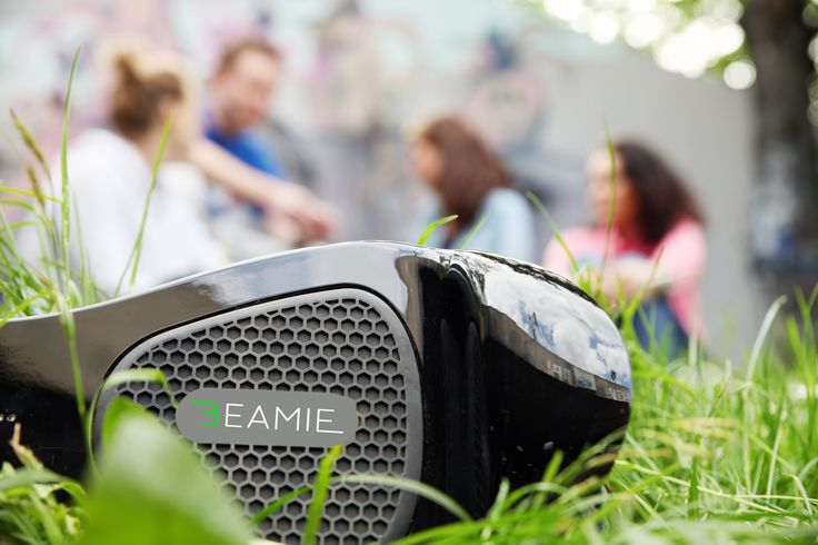 Mit dem Beamie Hoverboard kannst du Musik hören durch Bluetooth®-Konnektivität & Lautsprecher - in jeder Pause Gold wert.