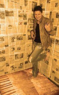 Iosmer Sequera Nació en Valencia el 30.06.1983 hijo de Madre Zuliana , Xiomara Rodriguez y de Padre carabobeño, Mitiliano Sequera Inicio en el mundo de la música a muy temprana edad cuando a sus 14 años un grupo de amigos le muestran su curiosidad por la canción, en ese momento Iosmer ya tenía algunos temas escritos de sus vivencias de adolescente y de la mano de uno de los guitarristas empezaron a arreglar