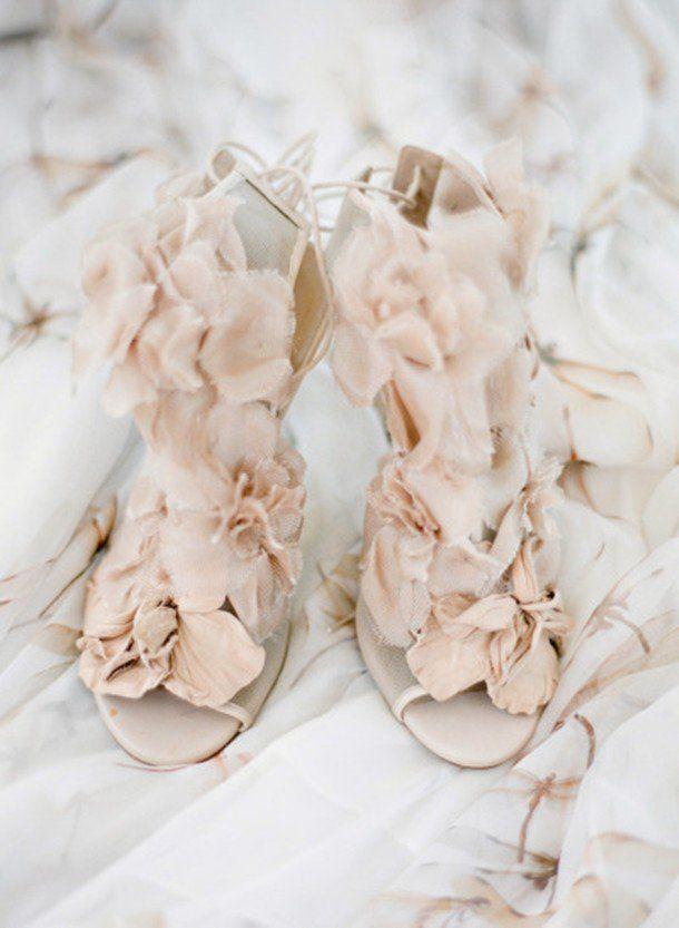 Beleza:Claro que todas as noivas querem um sapato lindo. Avalie a qualidade dos acabamentos e se tiver alguma aplicação ou pedras, veja se estão bem presas. É muito ruim ter um sapato soltado pedaços durante a festa.