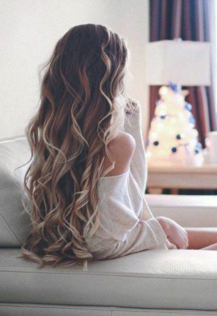Eine hübsche Frau der langen Frisur des Haarschnitts