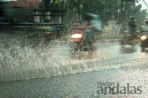 MENERABAS HUJAN - Sejumlah pengendara sepeda motor menerabas hujan lebat yang kembali mengguyur Kota Medan, saat melintas di Jalan T Amir Ha...