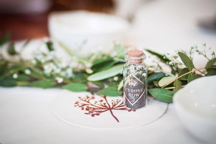Als Gastgeschenk kleine Fläschchen mit Blumensamen zur Hochzeit  Foto: Doris Himmelbauer, Oh. What a Day – Wedding Photography