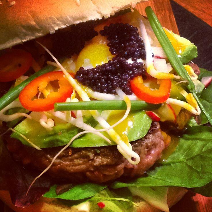 Hamburger#02 manzo, foglie di barbabietola, germogli, peperoncino dolce, uovo di quaglia, uova di lompo, sour cream, sweet Honey Mustard, ravanello.