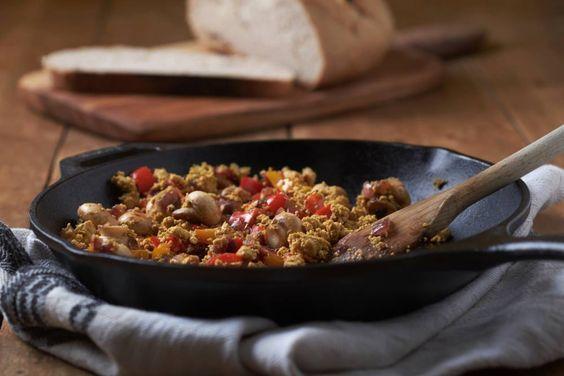 Tofu scramble is een lekker en veelzijdig hartig gerecht, dat je kan eten zoals je een roerei zou eten. Lekker bij brood als brunch!